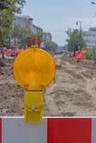 Gele waarschuwing ligh op het teken van de bouwbarrière Stock Fotografie