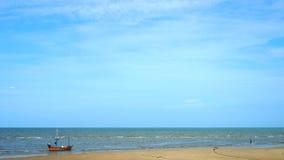 Gele warme zand en de zomeroverzees met hemel stock video