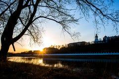 Gele, warme zonsondergang op de banken van het Oeralgebergte, en tegen de dijk van de stad van Orenburg stock afbeeldingen