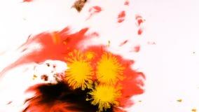 Gele waterverfverf die op een nat blad, psychedelische abstracte nevel op papier druipen stock video