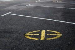 Gele weg Geen parkerenteken het merken van de cirkelvorm op een achtergrond van asfalt Royalty-vrije Stock Foto's