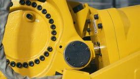 Gele werktuigmachine om metaal te vormen of machinaal te bewerken stock videobeelden