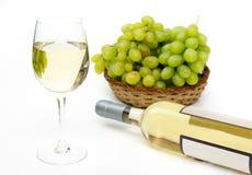 Gele wijn met druiven Royalty-vrije Stock Foto's