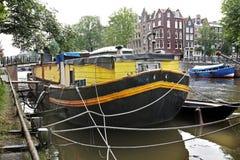Gele woonboot in Amsterdam royalty-vrije stock foto