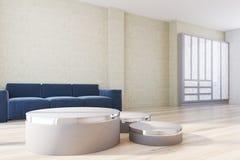Gele woonkamer, blauwe bank en afficheskant Stock Afbeeldingen
