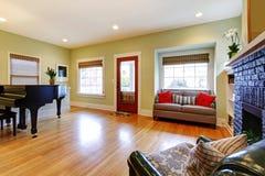 Gele woonkamer met piano en open haard. Royalty-vrije Stock Foto