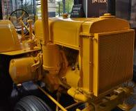 Gele zeer oude antieke tractor royalty-vrije stock afbeelding