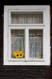 Gele zonnebloemen in een venster Royalty-vrije Stock Afbeelding