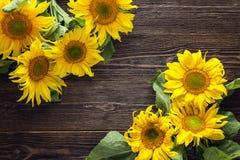 Gele zonnebloemen op een donkere houten achtergrond De ruimte van het exemplaar Royalty-vrije Stock Afbeeldingen
