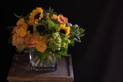 Gele Zonnebloemen, Oranje Rozen Bloemenregeling Royalty-vrije Stock Afbeelding