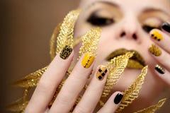 Gele zwarte manicure stock afbeeldingen