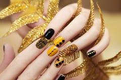 Gele zwarte manicure royalty-vrije stock afbeeldingen