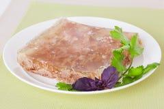Gelee auf einer Platte mit Basilikum Stockfotos