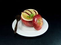 Gelee fügen im Apfel verzieren mit einer Scheibe des Apfels hinzu Lizenzfreie Stockfotografie