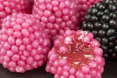 Geleesüßigkeiten auf einem Hintergrund Stapel von mehrfachen verschiedenen Süßigkeiten Adipositasrisiko- und Zahnverfall Stockfoto