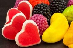 Geleesüßigkeiten auf einem Hintergrund Stapel von mehrfachen verschiedenen Süßigkeiten Adipositasrisiko- und Zahnverfall Lizenzfreies Stockbild