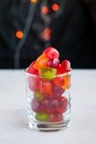 Gelees in einem Glas auf Tabelle mit Girlande beleuchtet Selektiver Fokus Lizenzfreie Stockfotografie
