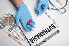 Gelegaliseerde euthanasie in het ziekenhuis Uitvoering met medicijn stock fotografie