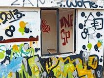 Gelegentliche Graffiti auf konkretem Wartehäuschen Stockfotos