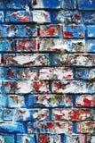 Gelegentliche Hintergrundcollagen-Papierbeschaffenheit auf Backsteinmauer Lizenzfreies Stockbild