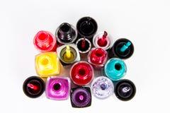 Gelegentliche Nagellackflaschen und Nagelbürsten lokalisiert auf Weiß Stockfotografie