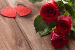 Gelegentliche schöne rote Rosen mit dekorativen Herzen und ein Platz für Widmungen oder Wünsche Stockbilder