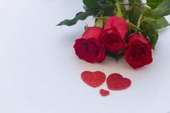 Gelegentliche schöne rote Rosen mit dekorativen Herzen und ein Platz für Widmungen oder Wünsche Lizenzfreies Stockbild