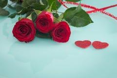 Gelegentliche schöne rote Rosen mit dekorativen Herzen und ein Platz für Widmungen oder Wünsche Lizenzfreie Stockfotos