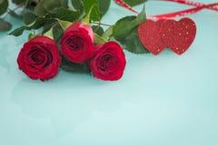 Gelegentliche schöne rote Rosen mit dekorativen Herzen und ein Platz für Widmungen oder Wünsche Stockfotografie