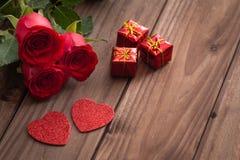 Gelegentliche schöne rote Rosen mit dekorativen Herzen und ein Platz für Widmungen oder Wünsche Lizenzfreie Stockbilder
