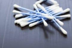 Gelegentlicher Stapel des blauen Plastikbaumwollin-ohr-kopfhörers Lizenzfreies Stockfoto