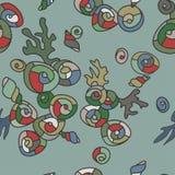 Gelegentliches Muster der hellen Muscheln auf einem grünen Hintergrund Lizenzfreie Stockfotos