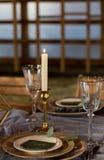 Gelegte Tabelle durch Heiratsbankett Abbildung der roten Lilie vertikal Stockfotografie