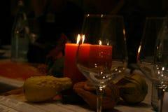 Gelegte Tabelle für romantisches Abendessen mit roten Kerzen und Kürbisen Lizenzfreies Stockfoto