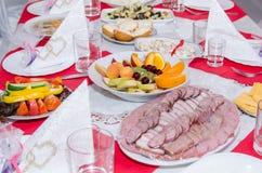 Gelegte Tabelle mit vielen Tellern Stockfoto