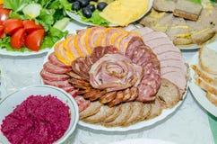 Gelegte Tabelle mit vielen Tellern Lizenzfreies Stockbild