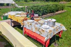 Gelegter Speisetisch im Garten während des sonnigen Tages des Sommers Stockfoto