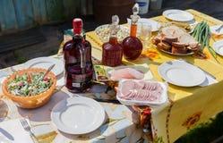 Gelegter Speisetisch im Garten während des sonnigen Tages des Sommers Stockfotos