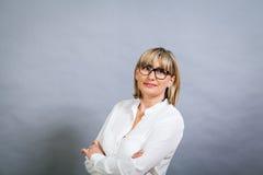 Gelehrte attraktive Frau in den Gläsern Lizenzfreie Stockfotos