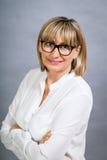 Gelehrte attraktive Frau in den Gläsern Stockfotos