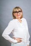 Gelehrte attraktive Frau in den Gläsern Lizenzfreie Stockbilder