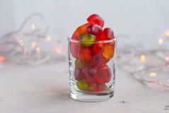 Gelei in een glas op lijst met slingerlichten Selectieve nadruk Stock Afbeeldingen