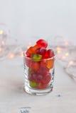 Gelei in een glas op lijst met slingerlichten Selectieve nadruk Royalty-vrije Stock Foto