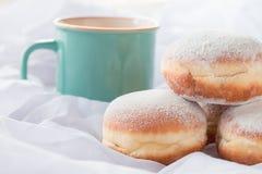 Gelei gevulde doughnuts en een koffiemok royalty-vrije stock fotografie