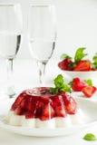 Gelei met aardbeien stock afbeeldingen