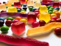 Geleia colorida e doces duros no fundo branco imagem de stock