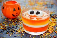 A geleia do milho doce com marshmallow eyes - o reci de Dia das Bruxas do alimento do divertimento Imagens de Stock Royalty Free