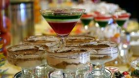 geleia doce colorido e souffle da sobremesa do fruto do prato no vidro movimento comemorativo da corrediça do projeto do alimento filme
