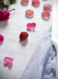Geleias do Valentim e pétalas cor-de-rosa foto de stock