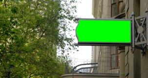 Geleid hamsteren op de buitenkant van het gebouw in stad 4k stock footage